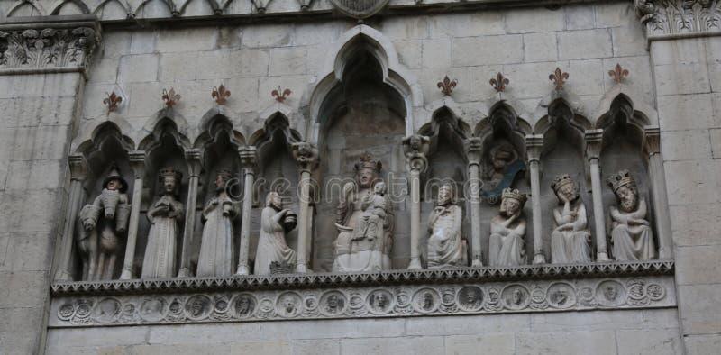 Gemona, UD, Italia - 1 de abril de 2018: estatua de tres reyes también Ca foto de archivo