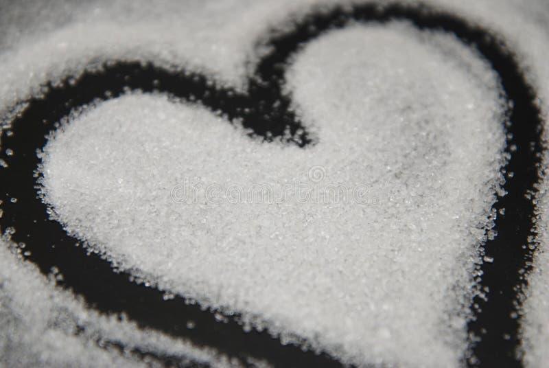 Gemorst Sugar Heart Love Shape van Hart Zwarte Achtergrond ongezonde suiker Het Snoepje van de liefdesuiker stock fotografie