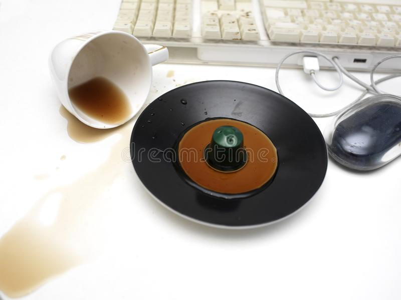 Gemorste Koffie dichtbij Computer royalty-vrije stock fotografie