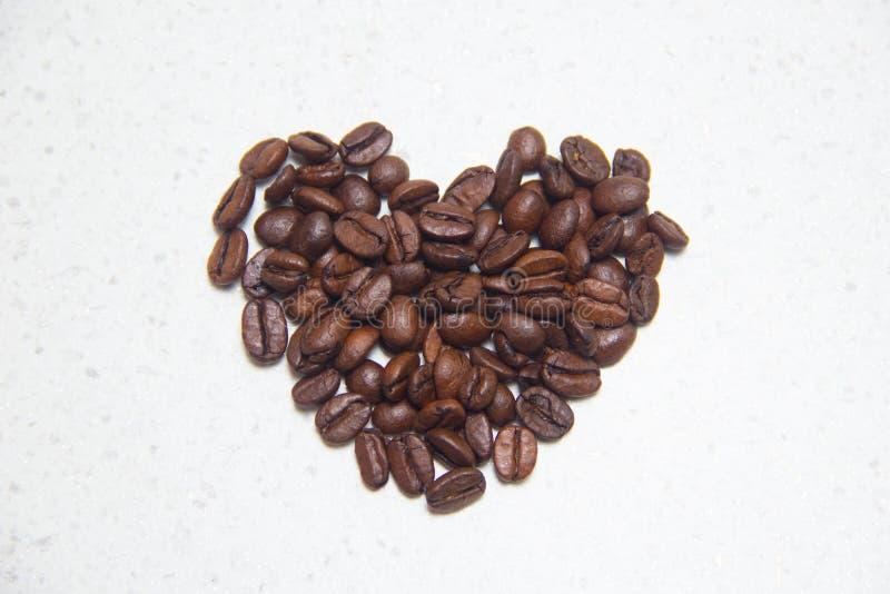 Gemorste koffiebonen Koffie in de vorm van harten stock fotografie