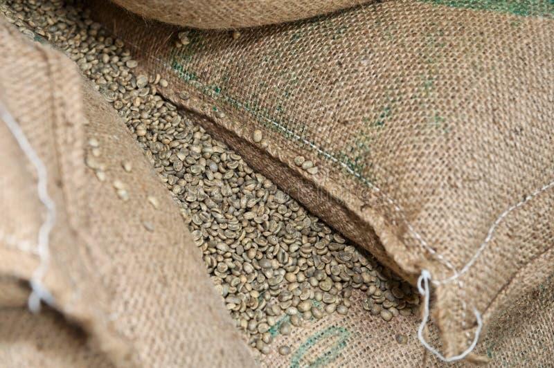 Gemorste niet geroosterde koffie royalty-vrije stock afbeeldingen