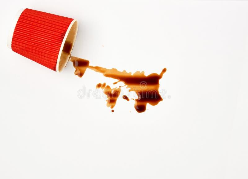 gemorste zwarte koffie van een rode document kop op een witte achtergrond royalty-vrije stock foto