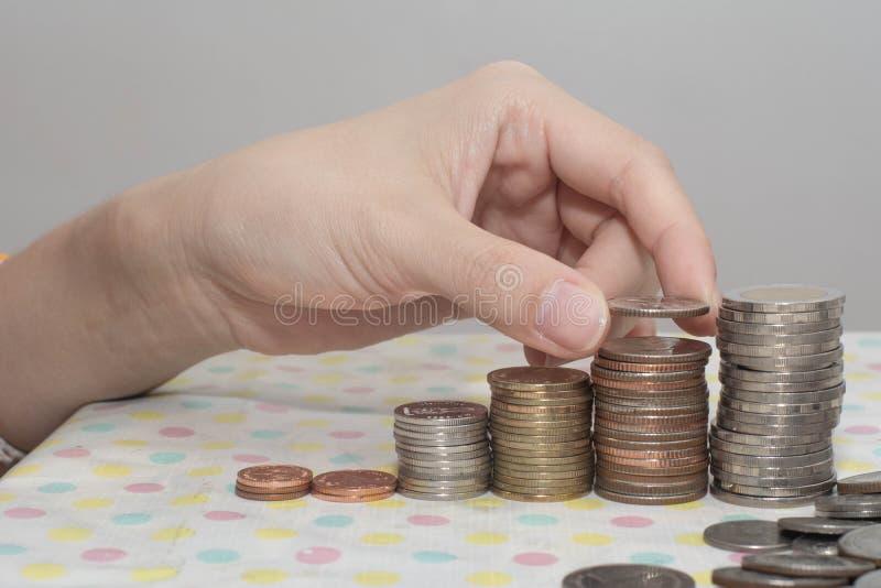 Gemory Hand Powness Compence Connect Busines(女性手将钱币堆放成增长业务放在白色、货币、金融、商业上) 库存照片