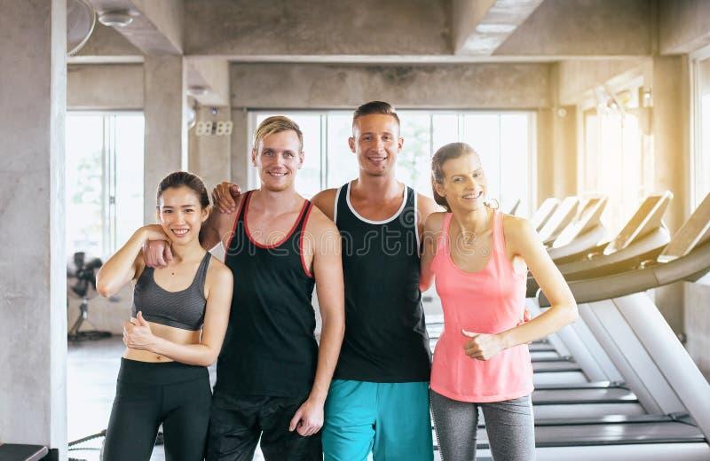 Gemotiveerde groep mensen, het Sportieve jonge vriendschappelijke team aantrekkelijke samen glimlachen en het koesteren royalty-vrije stock foto