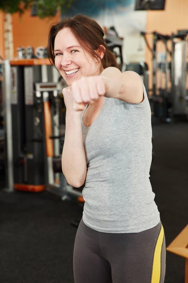 Gemotiveerde vrouw bij de gymnastiek stock foto's