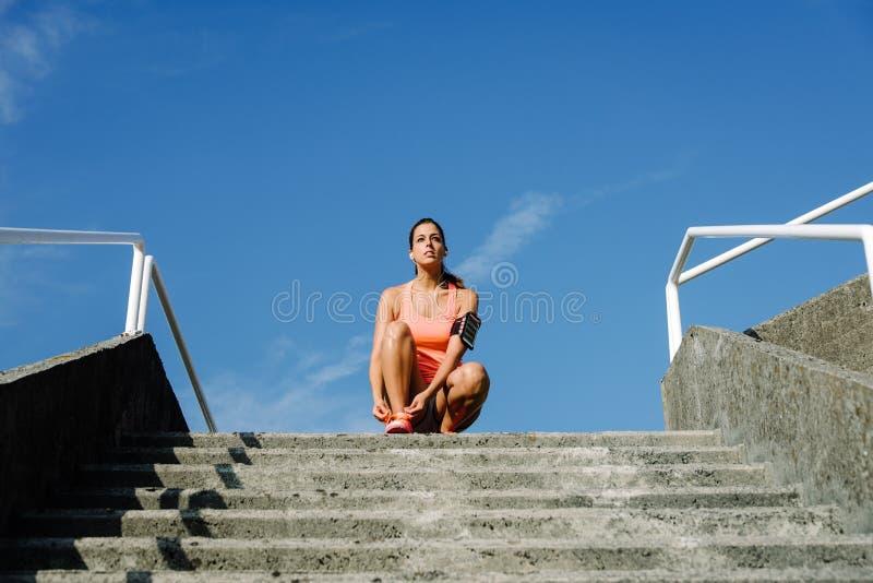 Gemotiveerde vrouw die klaar voor opleiding worden stock afbeelding