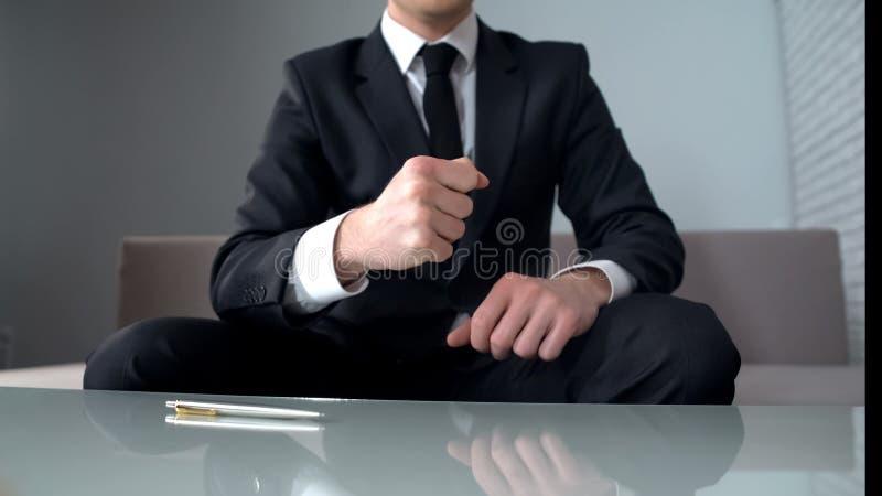 Gemotiveerde zakenman die vuisten, zeker van succesvol opstarten, winnaar dichtklemmen stock foto