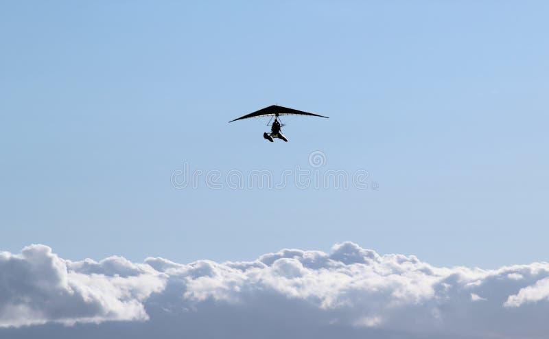 Gemotoriseerd deltavliegersilhouet stock foto's