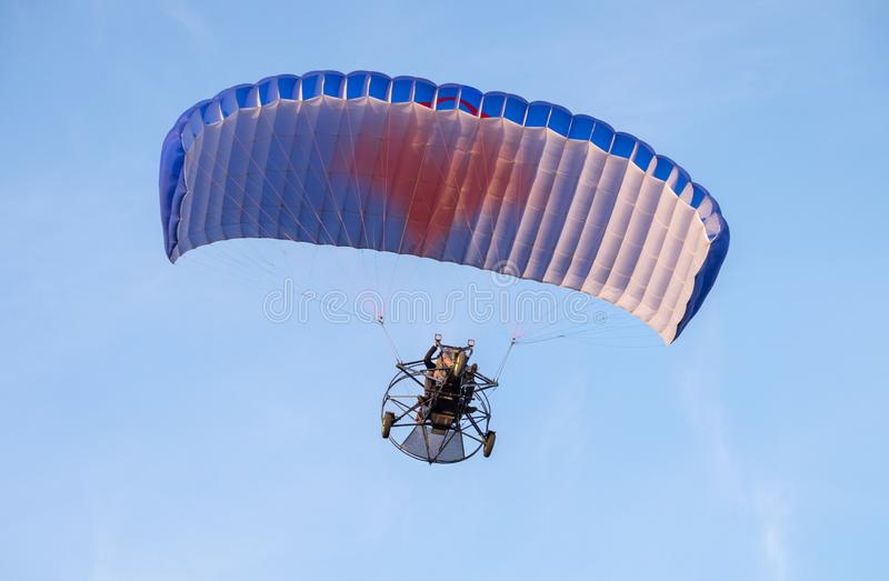 Gemotoriseerd glijscherm die in blauwe hemel vliegen royalty-vrije stock afbeeldingen