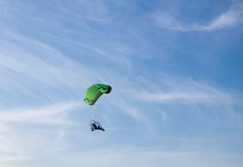 Gemotoriseerd glijscherm die in blauwe hemel vliegen royalty-vrije stock foto