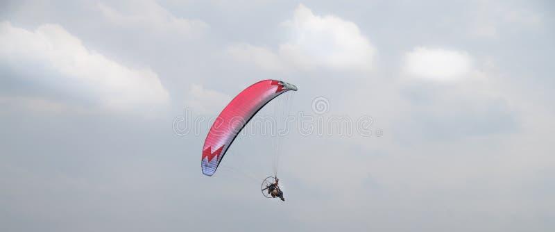 Gemotoriseerd glijscherm die in de hemel vliegen stock foto
