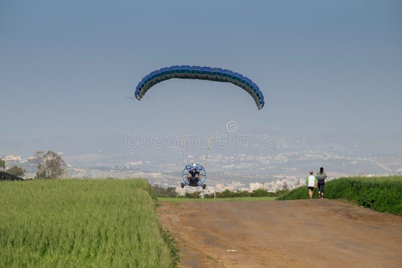 Gemotoriseerd glijscherm die dicht bij de grond vliegen stock foto