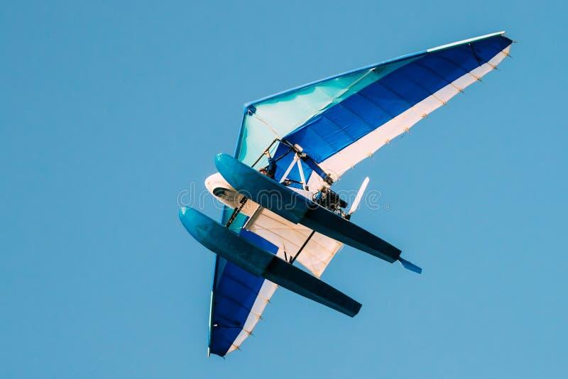 Gemotoriseerd Hang Glider Flying On Blue Duidelijk Sunny Sky Background royalty-vrije stock afbeeldingen