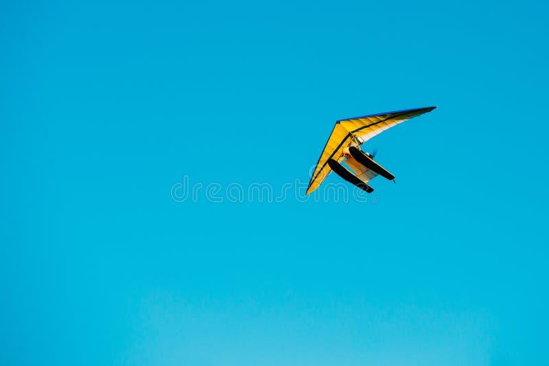 Gemotoriseerd Hang Glider Flying On Blue Duidelijk Sunny Sky Background stock foto's