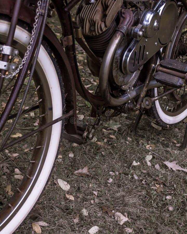 Gemotoriseerd roestig past fiets met witte muurbanden retroactief aan royalty-vrije stock afbeelding