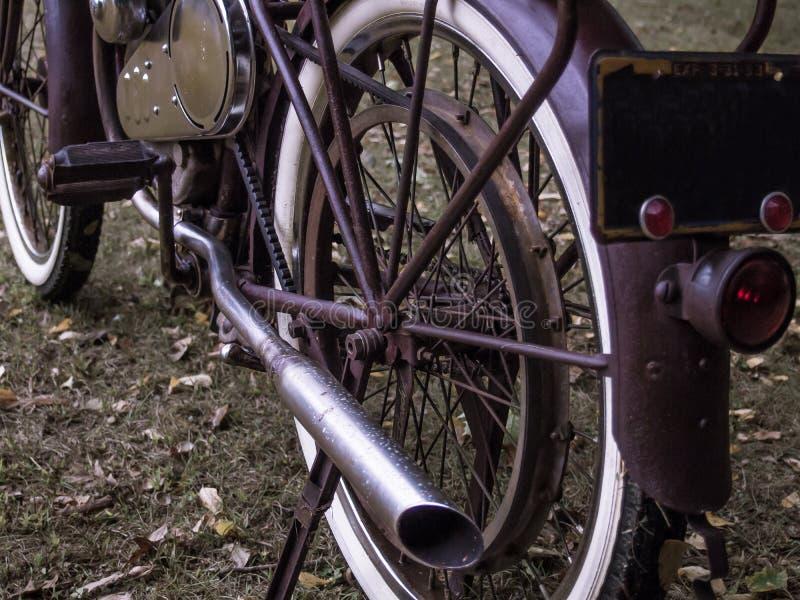 Gemotoriseerd roestig past fiets met witte muurbanden retroactief aan stock foto's