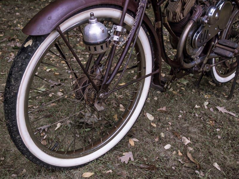 Gemotoriseerd roestig past fiets met witte muurbanden retroactief aan stock afbeeldingen
