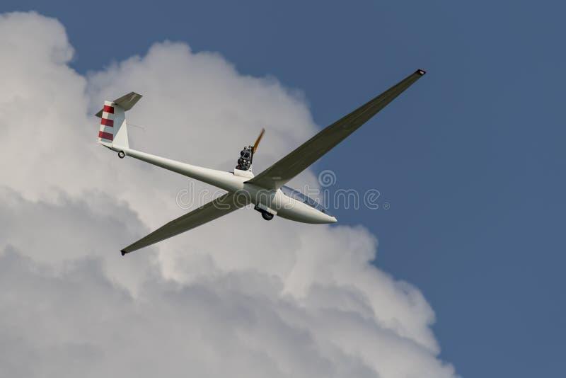 Gemotoriseerd zweefvliegtuig in een blauwe bewolkte hemel stock foto's