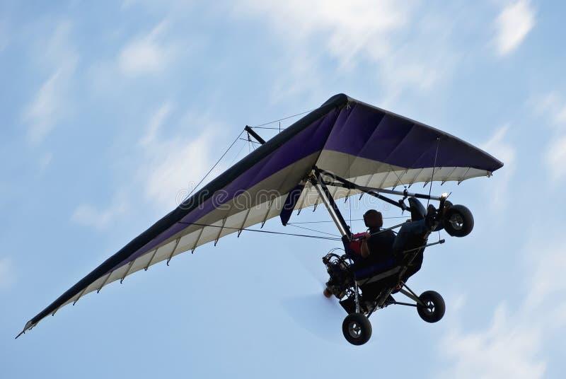 Gemotoriseerde Deltavlieger tijdens de vlucht stock afbeeldingen