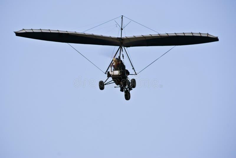 Gemotoriseerd Hang Glider tijdens de vlucht - Achtermening stock fotografie