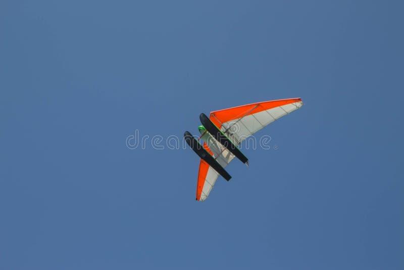 Gemotoriseerde deltavliegervliegen door de blauwe hemel, Ultra Licht vliegtuig royalty-vrije stock foto