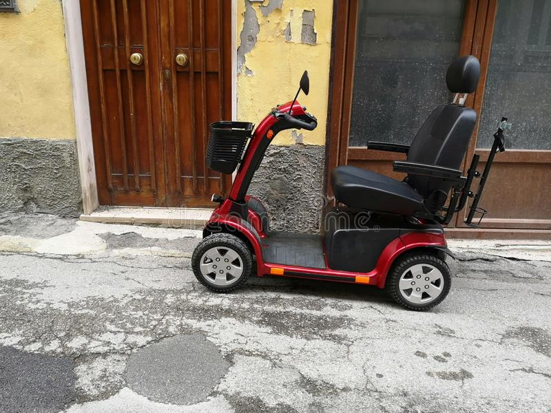 Gemotoriseerde die rolstoel op de straat wordt geparkeerd royalty-vrije stock foto