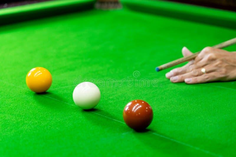 Gemowi snookerów billiards lub otwarcie ramowy gracz gotowy dla piłka strzału, atleta mężczyzny kopnięcia wskazówka na zielonym s zdjęcia stock