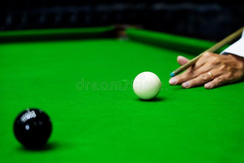 Gemowi snookerów billiards lub otwarcie ramowy gracz gotowy dla piłka strzału, atleta mężczyzny kopnięcia wskazówka na zielonym s fotografia stock
