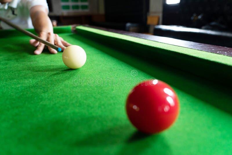 Gemowi snookerów billiards lub otwarcie ramowy gracz gotowy dla piłka strzału, atleta mężczyzny kopnięcia wskazówka na zielonym s fotografia royalty free