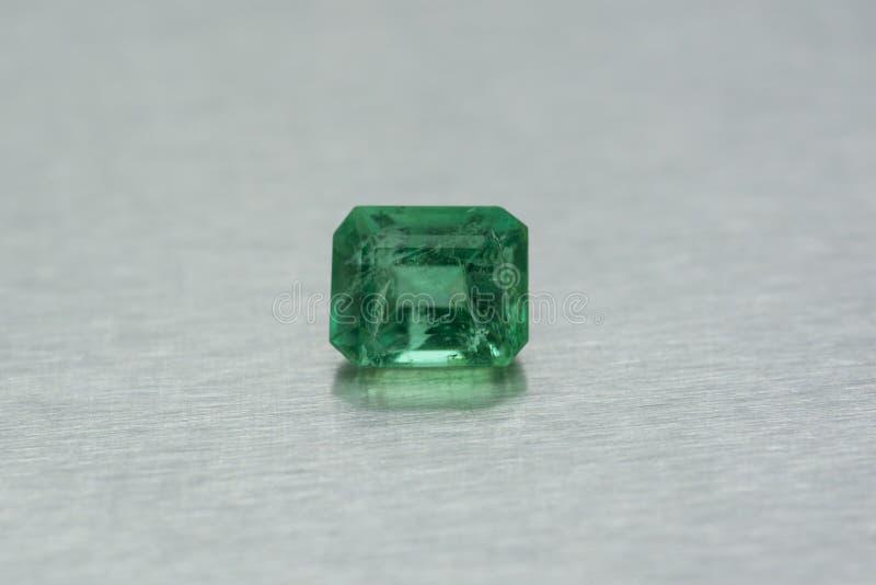 Gemstone som snidas av smaragden royaltyfria bilder