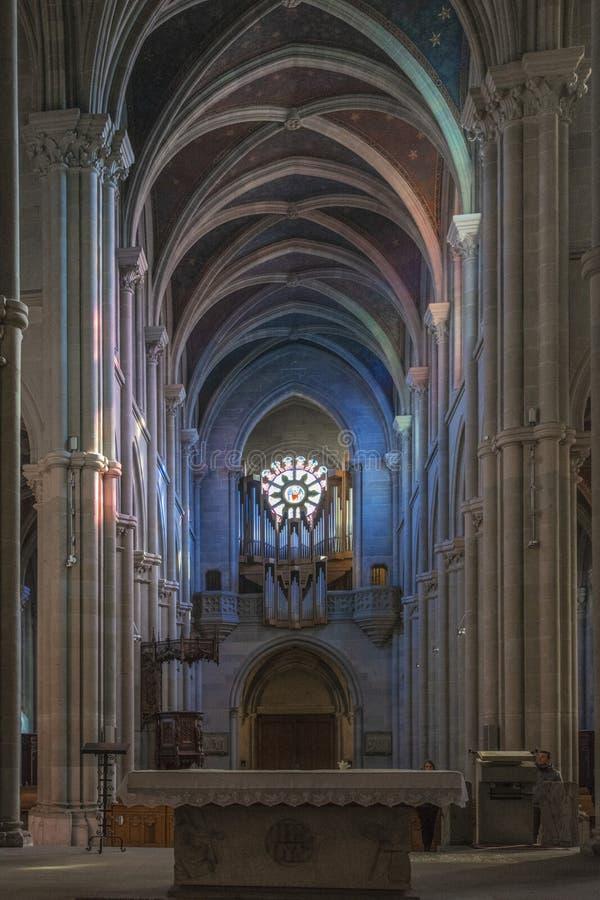 GENÈVE SCHWEIZ, FEBRUARI, 2019: Inre av Genève för domkyrka för St Pierre protestant den Calvinistic fotografering för bildbyråer