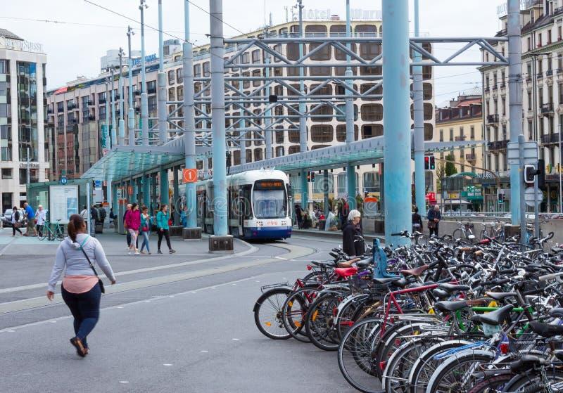 Genève Schweiz - Juni 17, 2016: De stadsspårvagnen och cyklarna på gatan royaltyfri bild