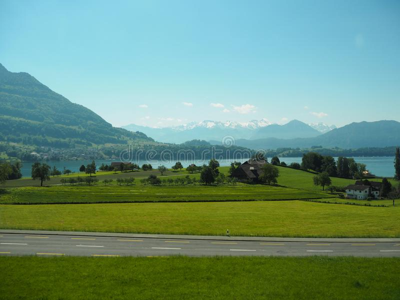 GENÈVE SCHWEIZ - 31 MAJ 2017: Härlig sikt i sjön av Genève och cityscapen av Genève royaltyfri fotografi