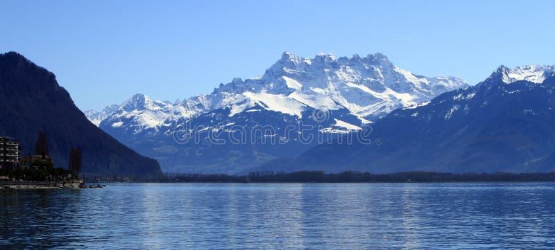 Genève sjö och Aravis fjällängar, Montreux, Schweitz arkivbilder
