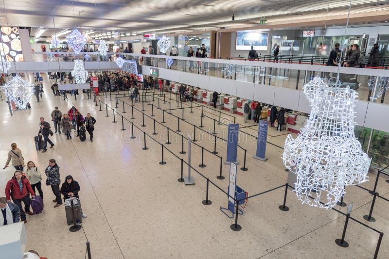 GENÈVE, SUISSE - 16 JANVIER 2018 : Aéroport international de Genève en Suisse L'intérieur avec signent le secteur photo stock