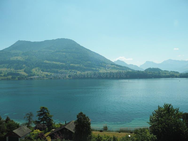 GENÈVE, SUISSE - 31 MAI 2017 : Belle vue dans le lac de Genève et du paysage urbain de Genève image stock