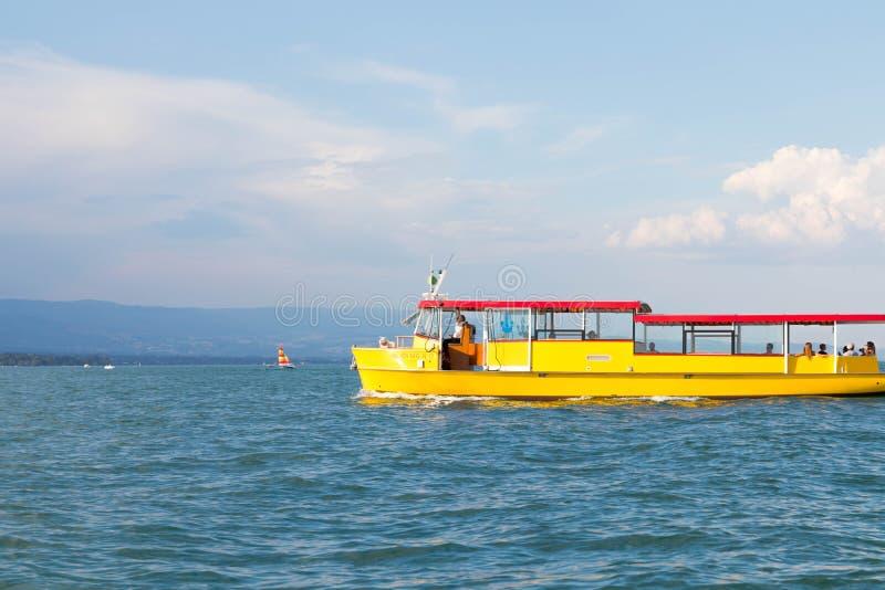 Genève/Switzerland-28 08 18 : Lac de touristes de mouette de taxi jaune de bateau images stock