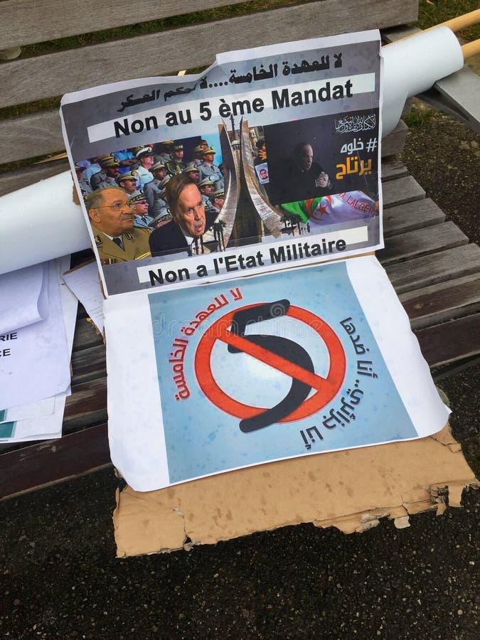 In Genève, vlieger tegen de kandidatuur van Bouteflika voor verkiezing in Algerije, voor de Hoge Commissaris voor Rechten van de  stock fotografie