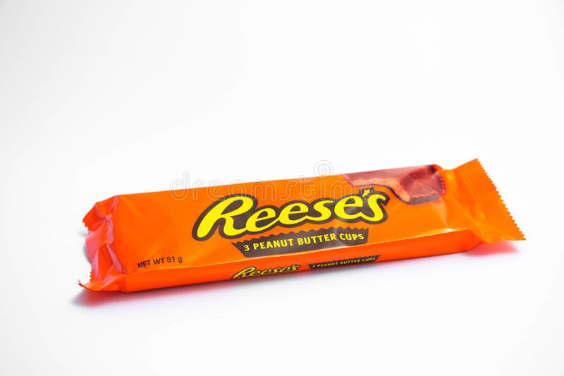 "Genève/Zwitserland †""03 03 2019: Reesespindakaas en chocoladereep oranje pak stock afbeelding"