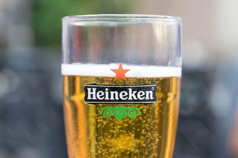 Genève/Zwitserland 09 09 18: Heineken-dicht omhooggaand het embleemsymbool van het Bierglas royalty-vrije stock foto