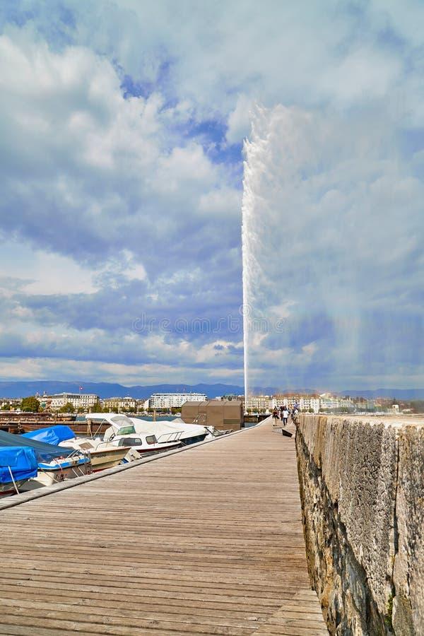 Genève, Zwitserland - 21 september 2018: Toerisme op de dijk in de buurt van een beroemde fontein op het meer in Genève op een m stock afbeeldingen