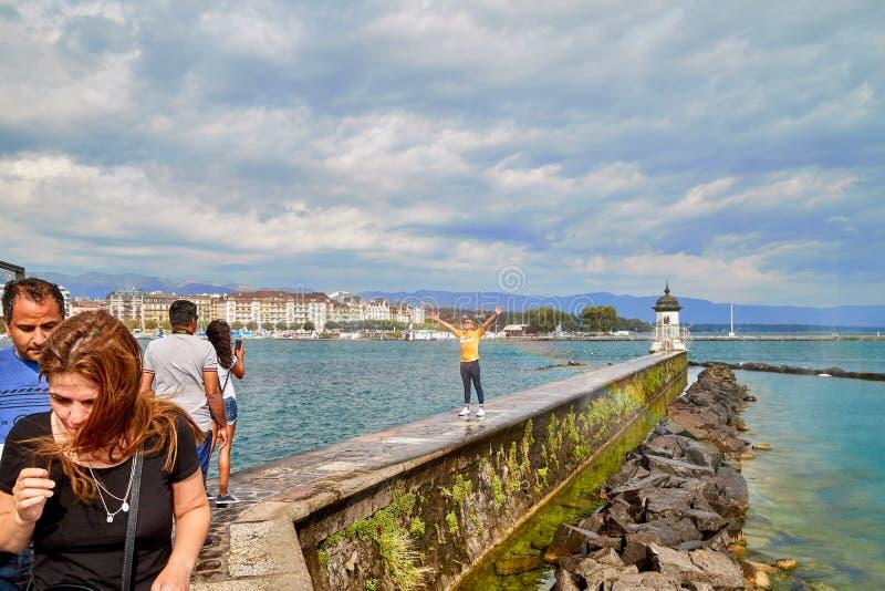 Genève, Zwitserland - 21 september 2018: Toerisme op de dijk in de buurt van een beroemde fontein op het meer in Genève op een m stock fotografie