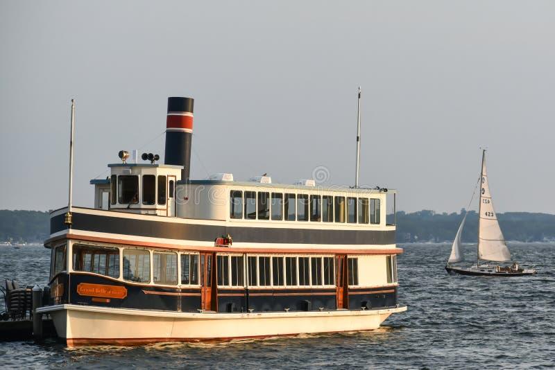 Genèvesjön, Wisconsin Cruise Ship med segelbåt arkivbilder