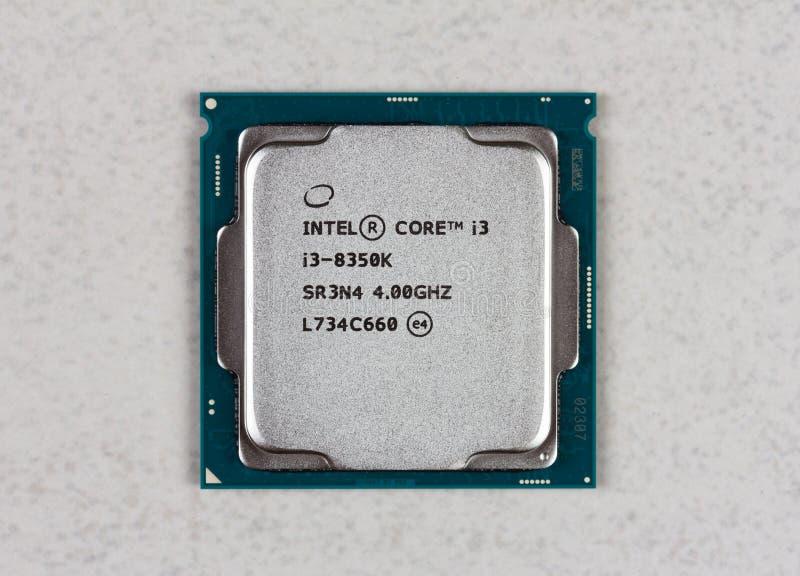 8. GEN des Tischplattenprozessors Intel-Kernes I3 auf Draufsicht der grauen Hintergrundnahaufnahme lizenzfreie stockfotos