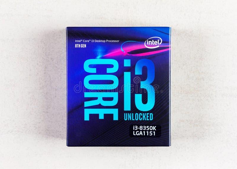 8. GEN des Tischplattenprozessors Intel-Kernes I3 im Kasten auf Draufsicht der grauen Hintergrundnahaufnahme stockfoto