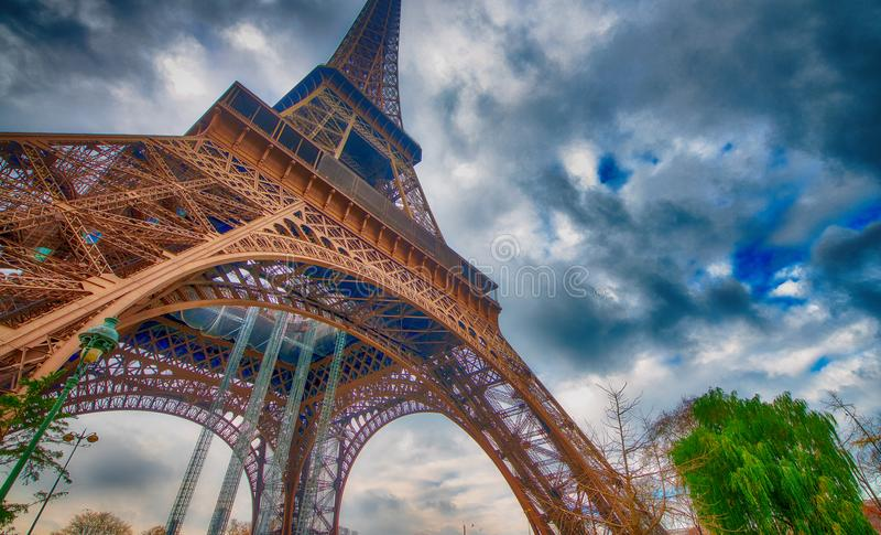 Gen Himmel Ansicht des Eiffelturms an einem bewölkten Wintertag - Frankreich lizenzfreies stockbild