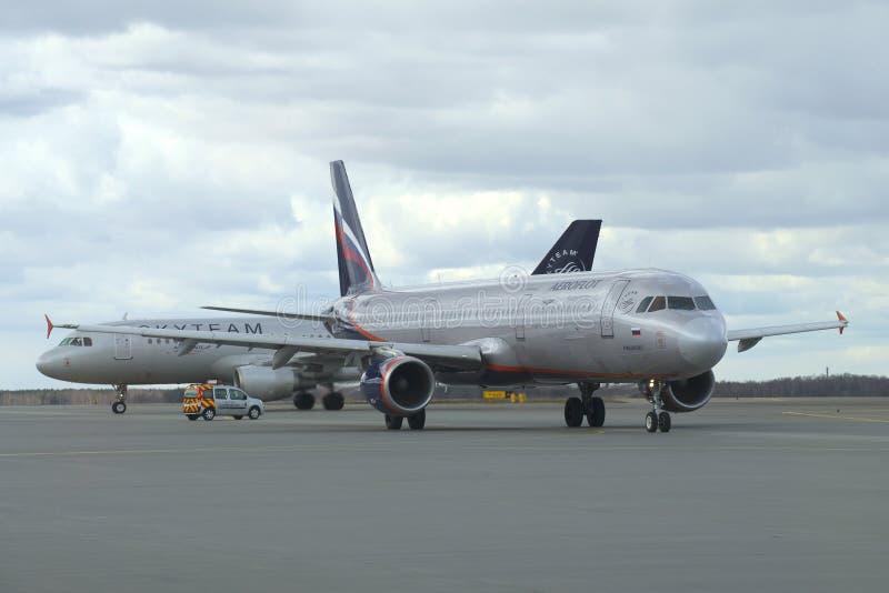Gen seguinte de Boeing 737 (VT-JBK) Jet Airways que taxiing para fora O aeroporto de Abu Dhabi fotos de stock royalty free