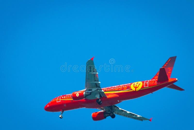 Gen?ve/Suisse 10 05 2019 : Le football rouge de diables rouges d'avion de lignes aériennes de Bruxelles photographie stock libre de droits
