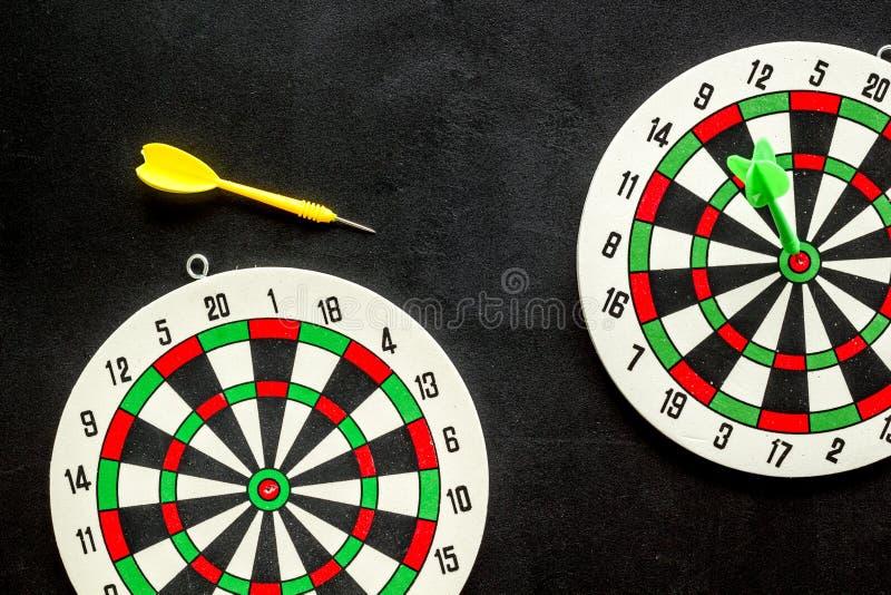 Genauigkeit des Präzisionskonzepts Dartboard und Pfeile in schwarzer Hintergrundansicht Kopierraum lizenzfreie stockfotos