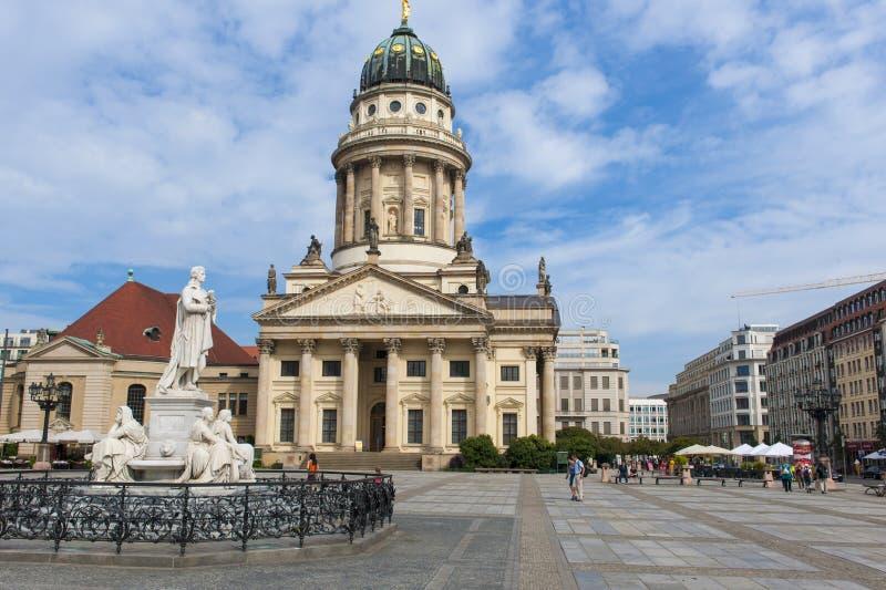 纪念碑Friedrich Schiller和法国大教堂 免版税库存图片